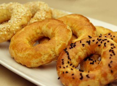 Kolay Kandil Simidi Tarifi – Susamlı Yumurtalı Çörek Otlu