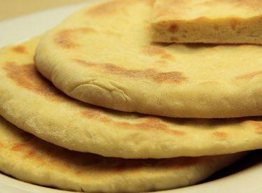 Sade Bazlama Tarifi – Tavada Kolay Yaş Mayalı Ekmek