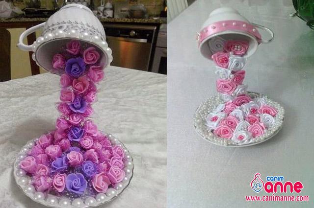 Fincandan tabağa dökülen çiçekler