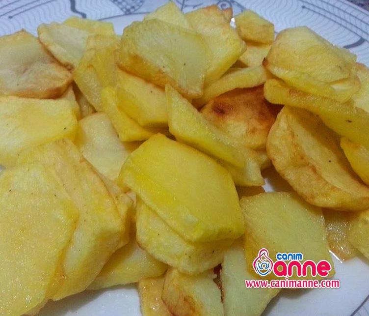 patatesleri halka halka doğrayıp kızartıyoruz
