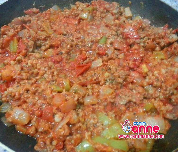 domates sogan sarmısak biber ve kıymayı tavaya alıp kavuruyoruz. sonrasında salçayıda ekleyip karıştırıyoruz